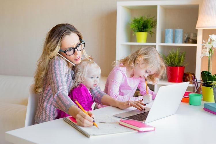 Famiglia e lavoro, che stress Le mamme sono le più colpite