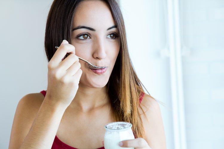 (Per riequilibrare la flora intestinale lo yogurt è un alimento efficace)