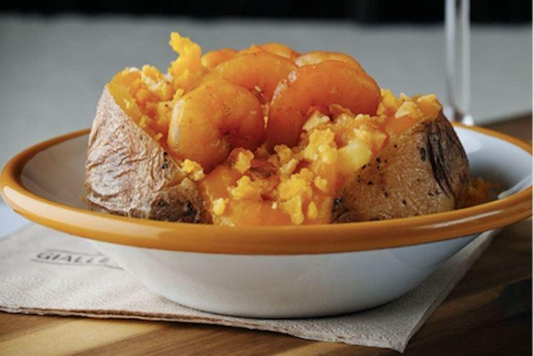 Gamberetti, zucca e tuorlo sbriciolato È la baked potato per la Festa della Donna