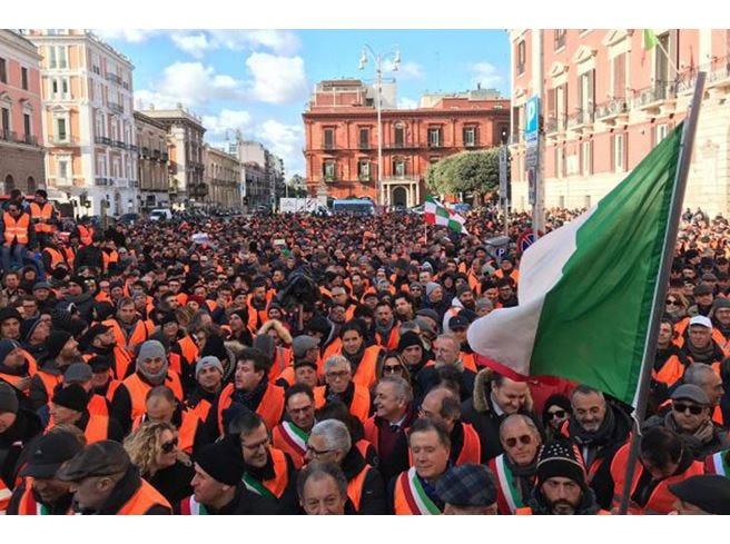 Agricoltori in rivolta a Bari Sfilano per le strade i gilet arancioni