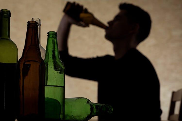 Giovani in crisi da pandemia si consolano con l'alcol, è allarme. Vendite boom: +180%
