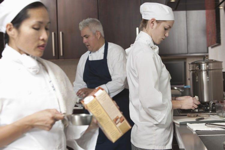(I giovani e il lavoro nei ristoranti In un locale, 36 cuochi diversi in 8 mesi)