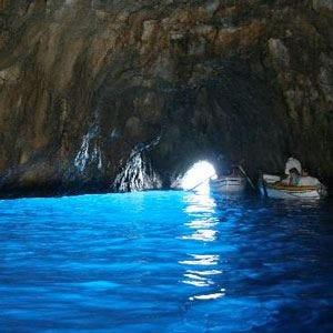 Turisti intossicati nella Grotta azzurra Chiusa l'attrazione di Capri