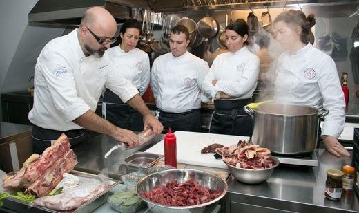 Gli studenti di Italian Kitchen Academy nella cucina del ristorante Le Tamerici