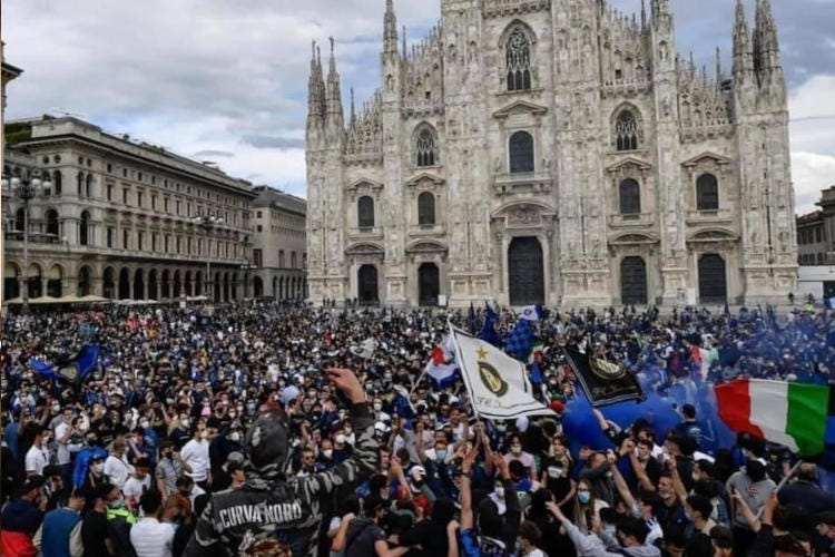 in 30mila in piazza per la vittoria dell'Inter: ma il covid dov'è? Questa non è la Milano da bereÈ una città di cui vergognarsi