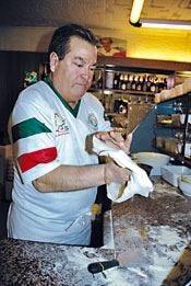 Galletto d'oro, da 20 anni la pizzeria di Luigi Jorio Esposito icona italiana
