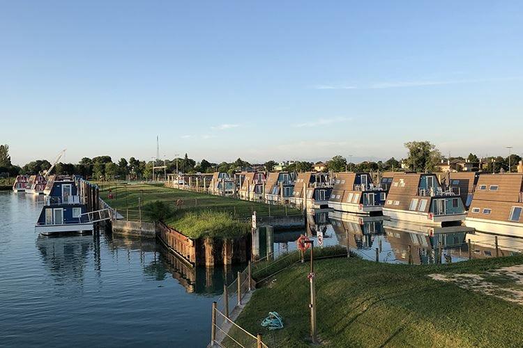 Lignano Sabbiadoro, 88 houseboat per un soggiorno ...
