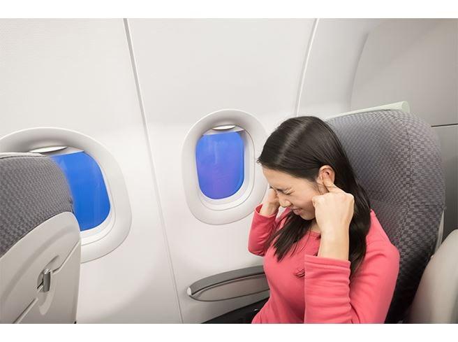 Mal d'orecchi quando si viaggia in aereo  Per ridurlo, masticare una gomma