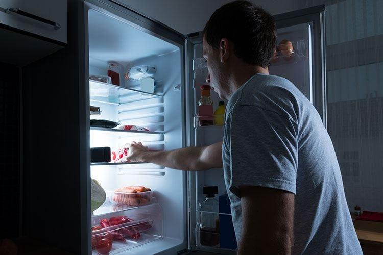 Mangiare prima di dormire favorisce malattie cardiache e diabete
