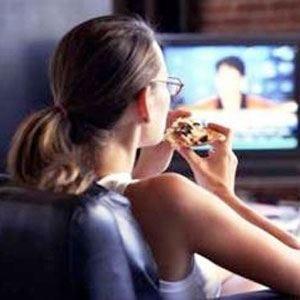 L'effetto ipnotico della tv non aiuta a mantenere la linea