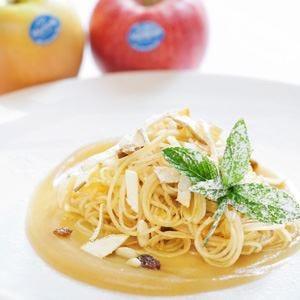 Spaghetti di mele su mousse di mele