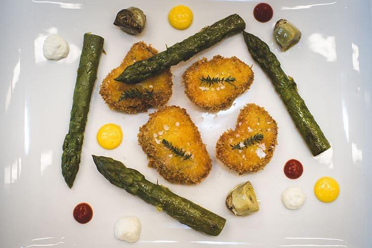 Animelle croccanti con asparagi, castradure, pecorino e maionese al rafano