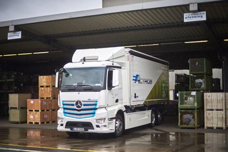 Truck a trazione elettrica Mercedes-Benz viaggia nel futuro