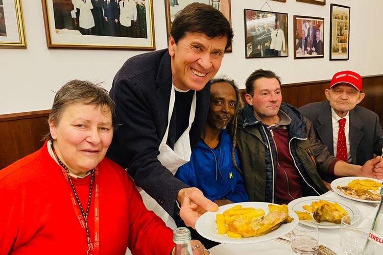 Pranzo per i senzatetto Al Diana Morandi fa il cameriere