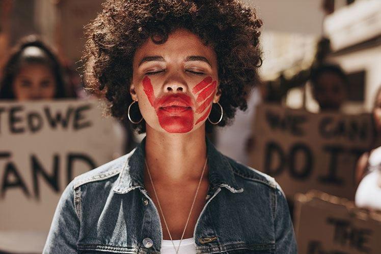 Un calice di rosso su una panchina contro la violenza sulle donne