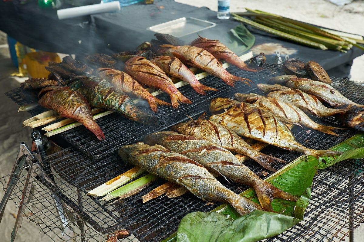 Seychelles - Pesce fresco alla griglia nel mercato locale, Mahé