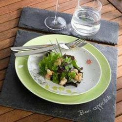 L'ardesia fa il suo ingresso sulla tavola come piatto per servire le portate