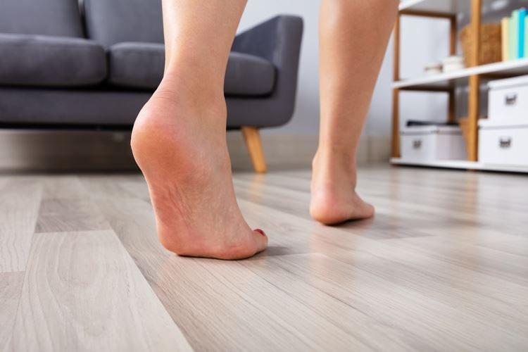 Camminare a piedi scalzi migliora circolazione e postura
