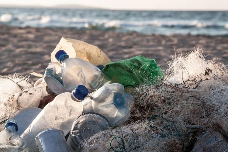 Plastica al bando dal 2021 Il 27% degli italiani già rinuncia