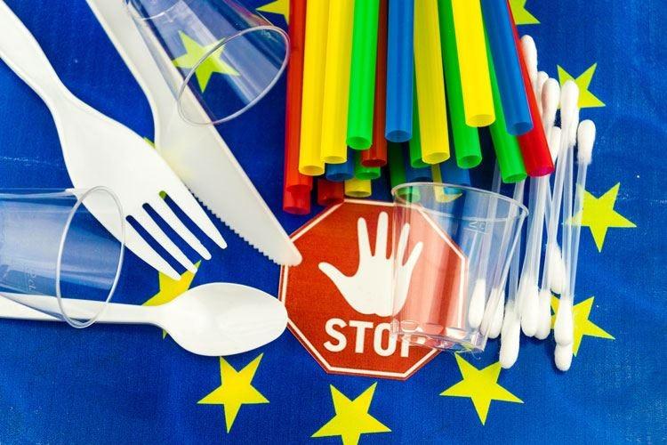Plastica monouso al bando dal 2021 Via le posate, sì al riciclo delle bottiglie