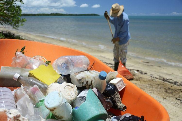 Rimini anticipa il divieto Ue Da oggi via la plastica dalle spiagge