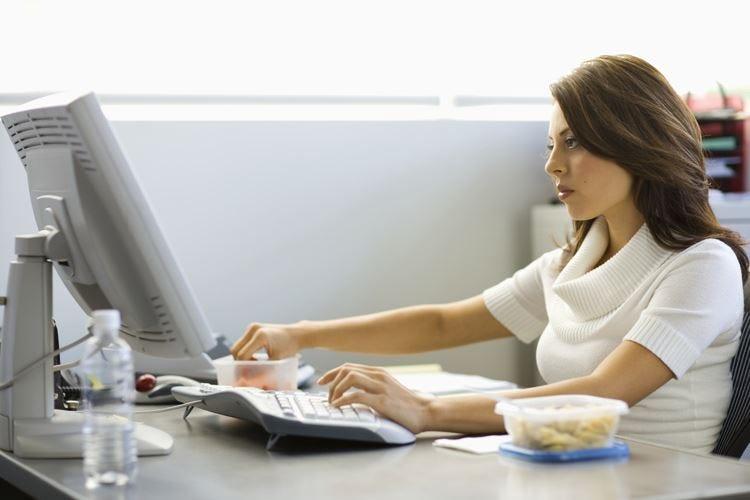 Una postura corretta davanti al computer aumenta la produttività e riduce i dolori