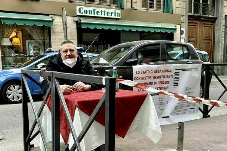 Torino, barista in protesta si incatena 12 giorni al suo locale