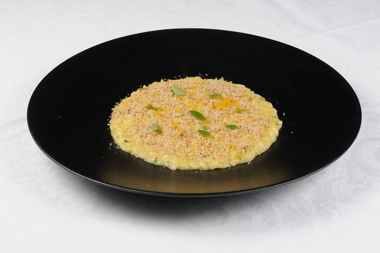 Risotto, crema di pomodorini gialli basilico, pane all'acciuga e bottarga