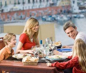 Mangiare in famiglia fa bene Adolescenti più sani e più magri