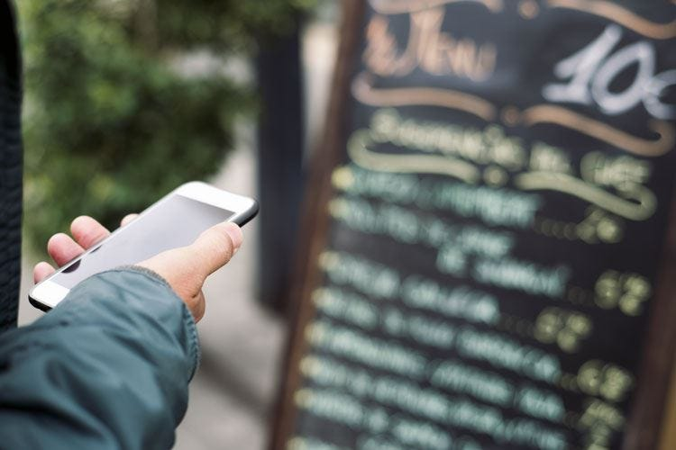Gli italiani e la scelta del ristorante Uno su tre si affida ai social media