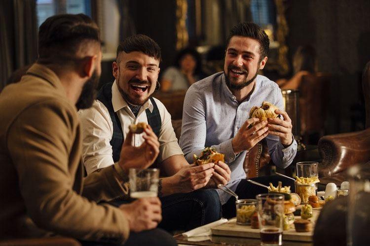 La ristorazione guida la ripresa Gli italiani tornano a mangiare fuori