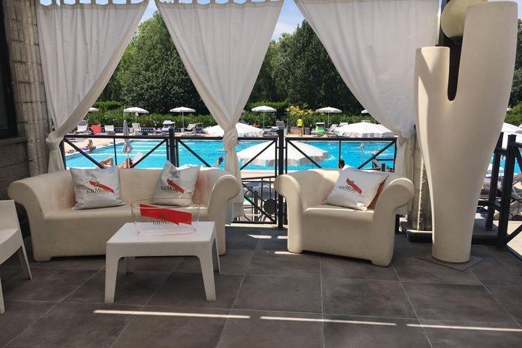 Al Ronchiverdi di Torino una Champagneria a bordo piscina