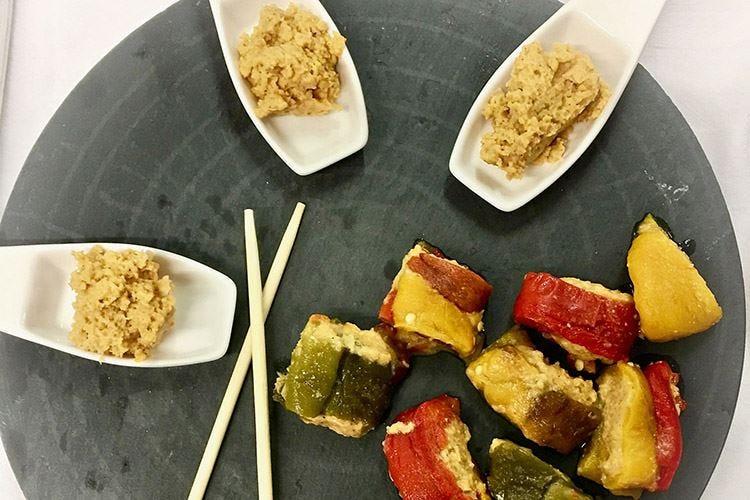 Rotolo di peperoni grigliati con Hummus di ceci