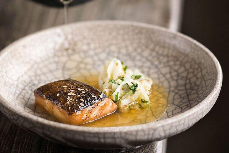 Salmone marinato con insalata di finocchio e brodo dashi