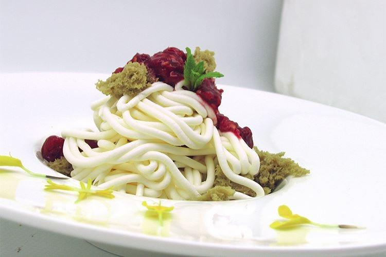 Spaghetti di cioccolato bianco con frutti di bosco e sponge al pistacchio