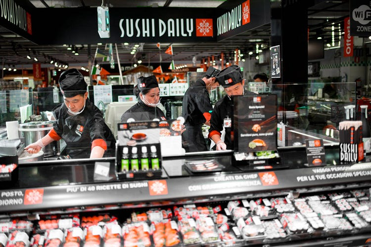 Un punto vendita in un supermercato (Sushi Daily apre Central Kitchen Ne sfornerà 3 milioni di pezzi)