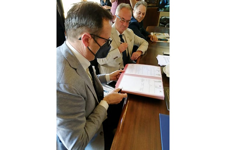 Il momento della firma del protocollo da parte di Rocco Pozzulo e Giuseppe Cristini