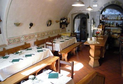 Taverna di Arlecchino nella bergamasca Cucina tipica in un borgo medievale