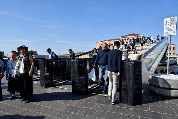 Il futuro del turismo fra i tornelli a Venezia e il no di Como a Borghese