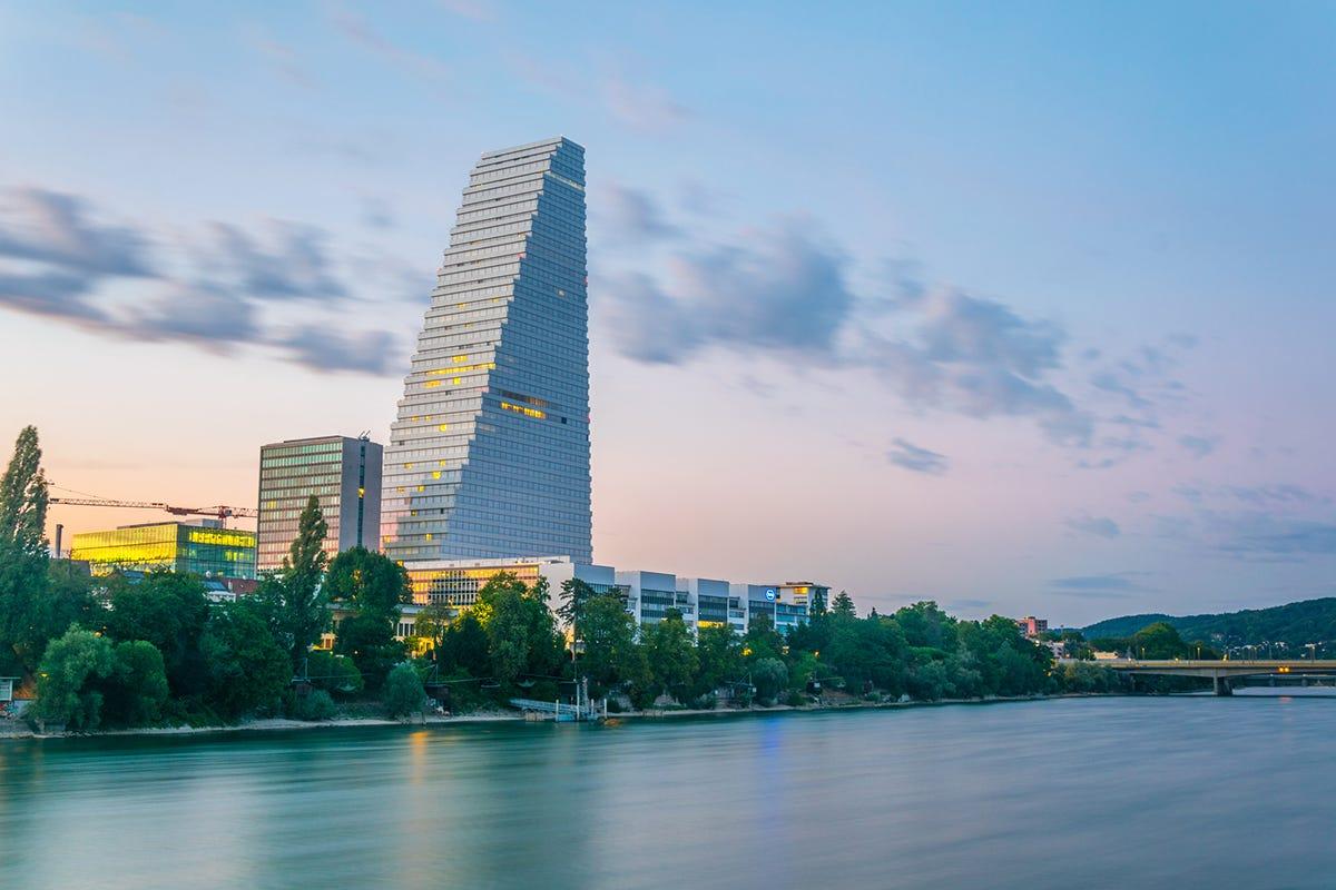 Vista al tramonto sulla riva del fiume Reno dominata dalla torre Roche Arte, architettura ed esperienze: ecco Bailea, la New York della Svizzera