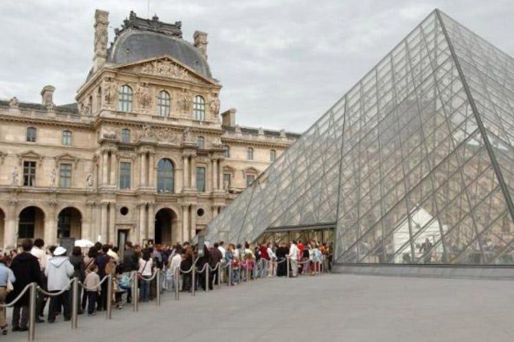 Troppi turisti al museo Il Louvre chiude per sciopero
