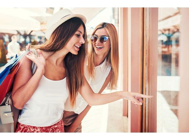 Turisti stranieri in Italia Lo shopping vale 1,5 miliardi
