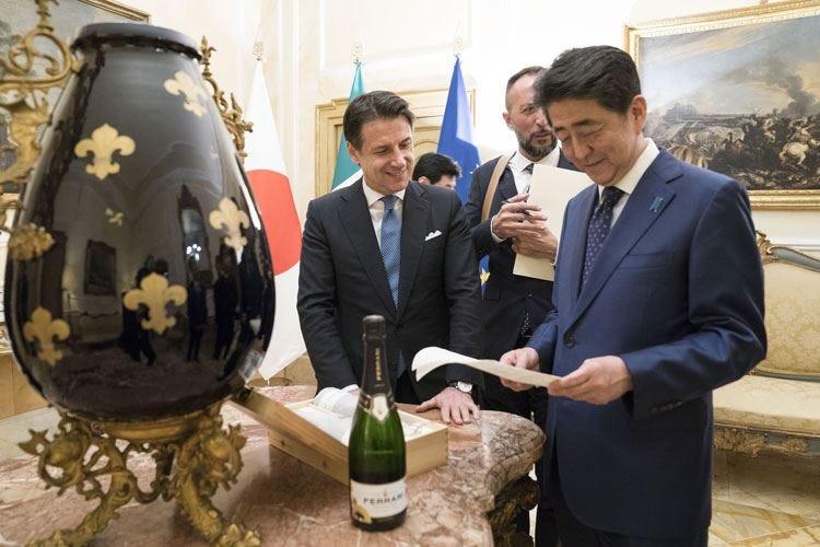 Un Ferrari dedicato al Giappone Brindisi con il premier Shinzo Abe