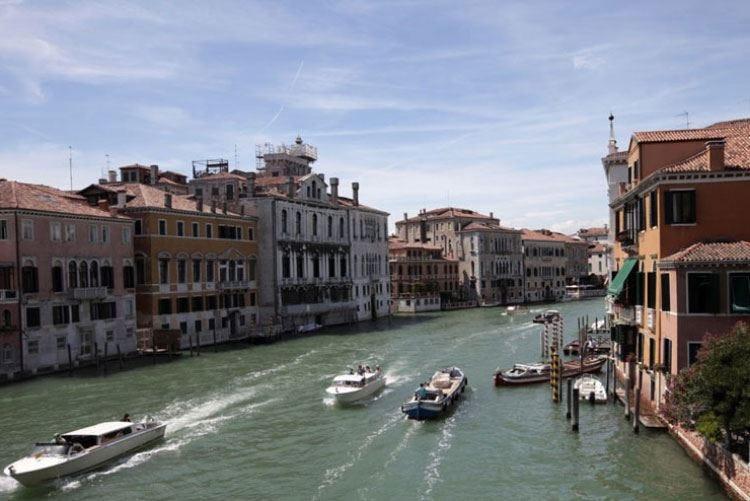 """Venezia, regole contro turisti maleducati Tra le sanzioni anche il """"daspo"""""""