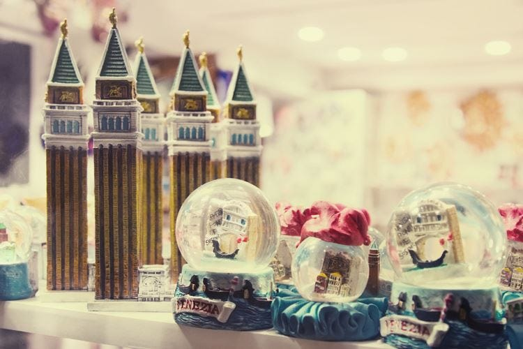 Venezia, via i souvenir dalle vetrine di piazza S. Marco