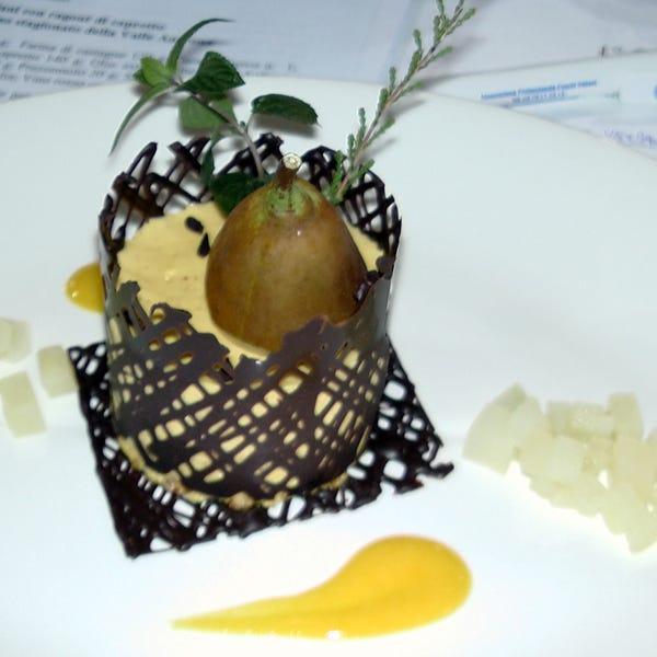 Filettino di cervo in crosta di pane di Coimo su rosti di patata con mousse di sedano e mirtilli