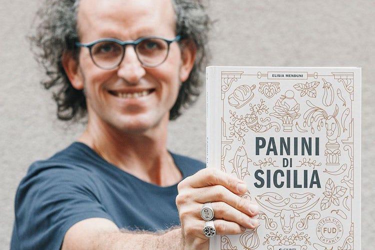 Andrea Graziano con in mano Panini di Sicilia - Fud si racconta in un libro Panini di Sicilia... fa venire fame