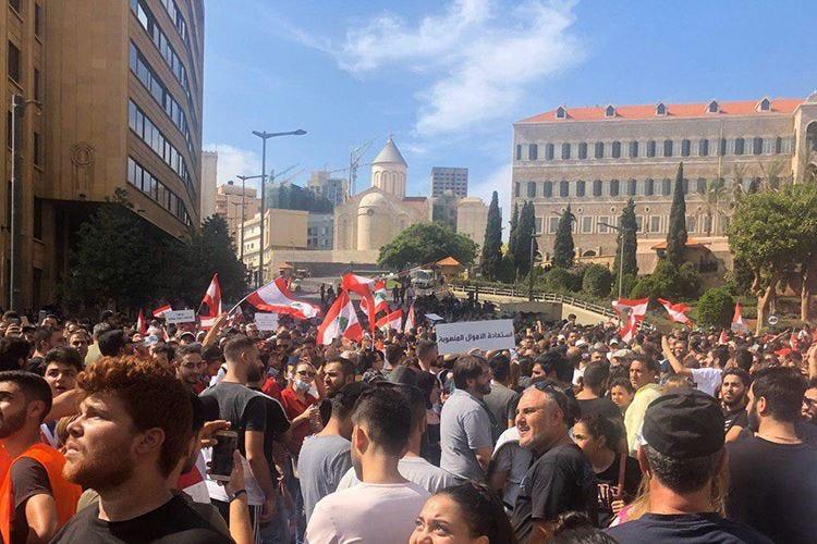 Tassa su Whatsapp e carovita Libano bloccato dalle proteste