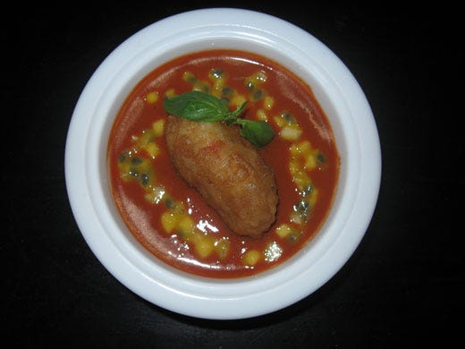 Zuppa di pomodoro tiepida piccante frittella di gamberi e frutta esotica - Italia a Tavola