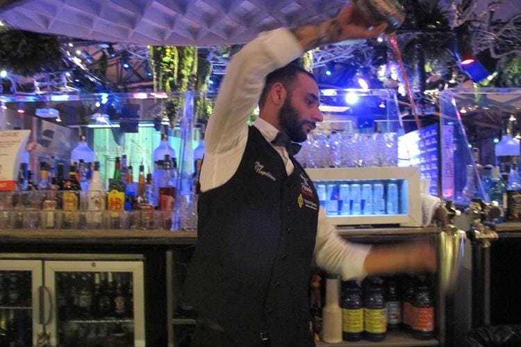Joy Napolitano - All'Otel Varietè show dei barman 